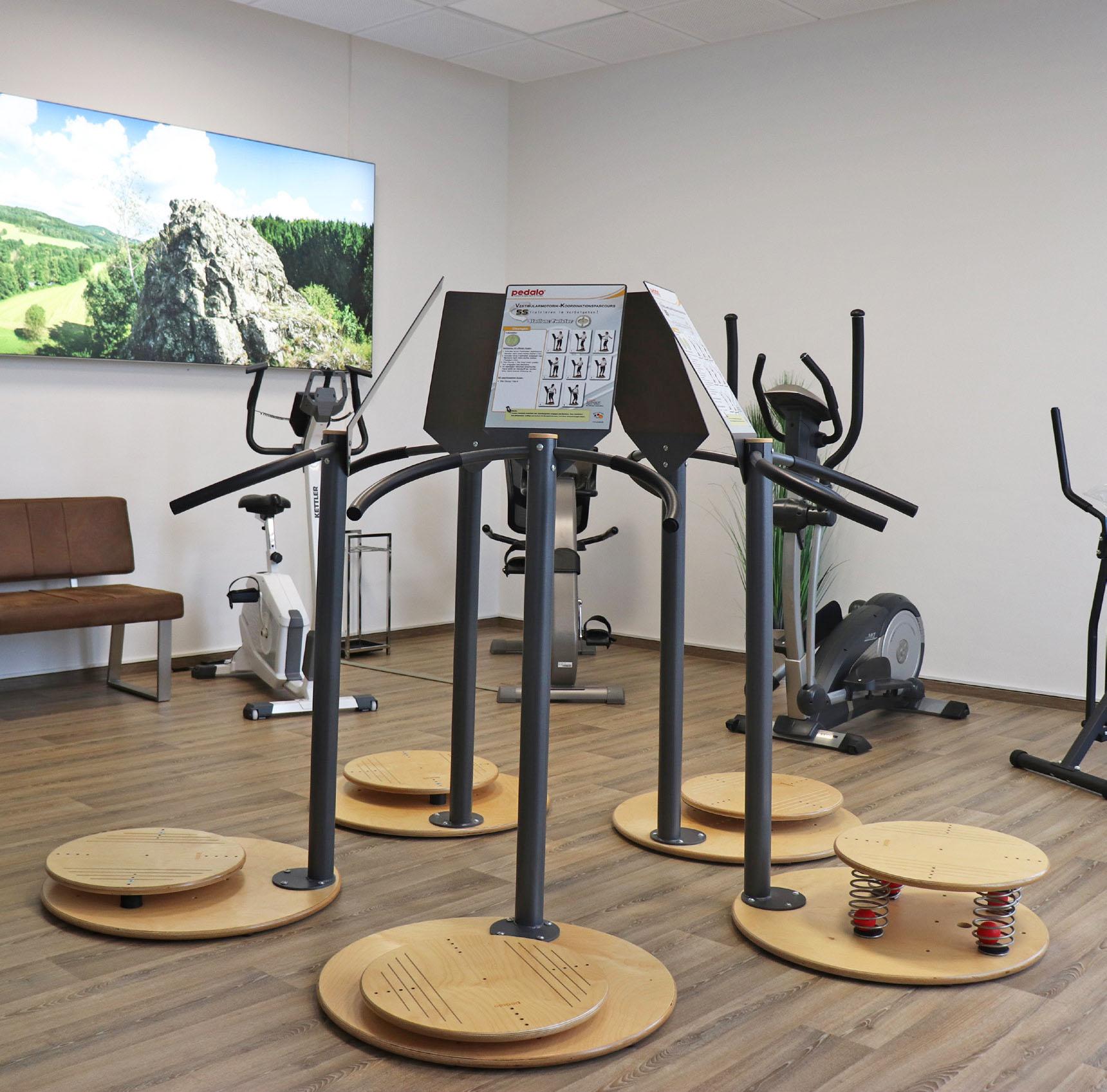Fitnessraum mit Trainingsgeräten