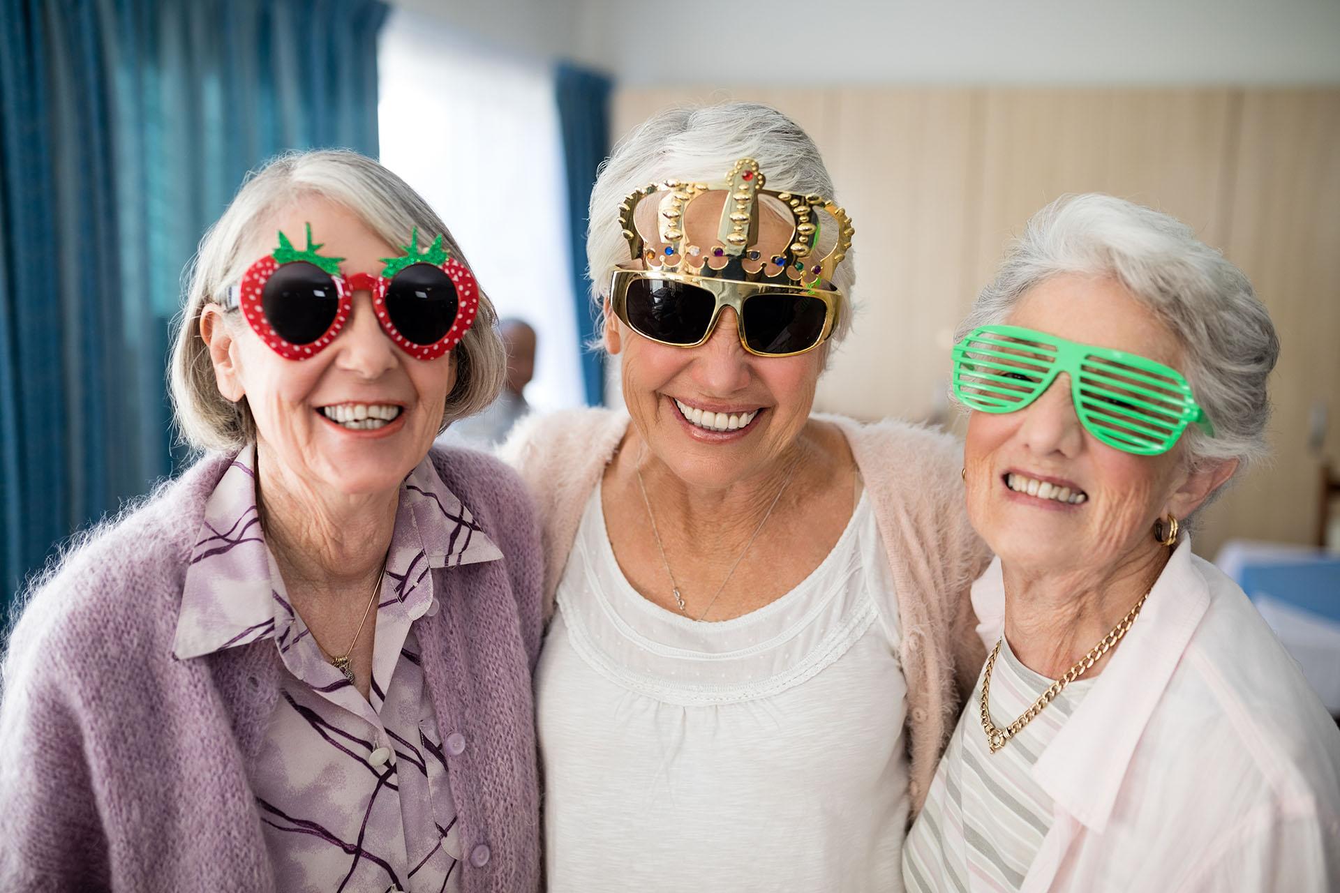 Lustige Seniorinnen mit verrückter Brille