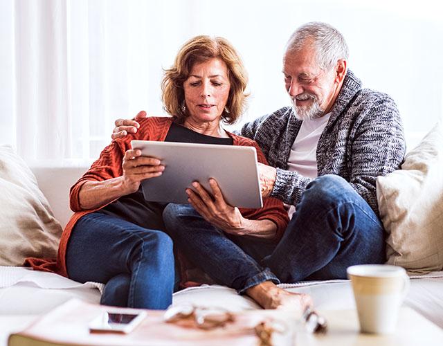 Seniorenpaar auf dem Sofa